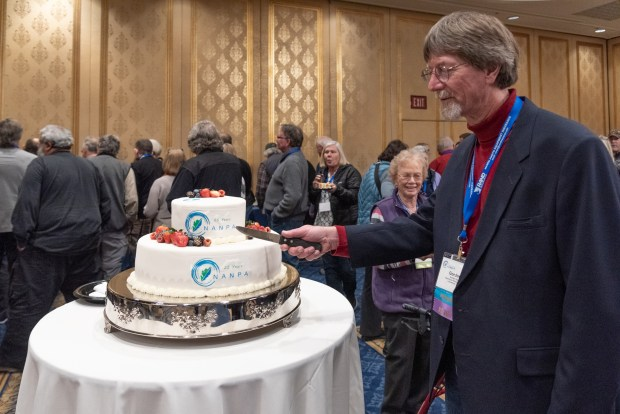 President Gordon Illg cuts into NANPA's 25th birthday cake at the close of the Summit. Photo by Frank Gallagher.