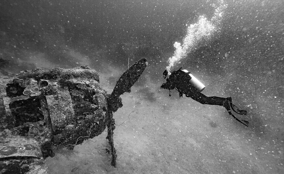 Backscatter can ruin an otherwise good image. Photo of a diver that's ruined by prominent floating debris. © Jim Squires