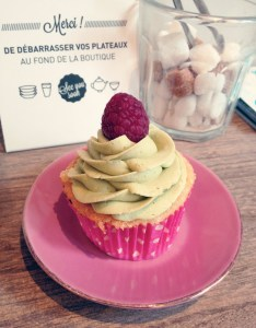 Un cupcake framboise pistache de chez Sophie Bakery