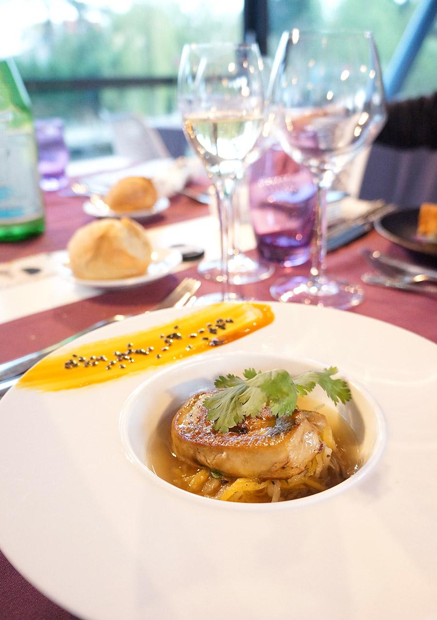 Foie gras poêlé en bouillon thaï aux légumes croquants
