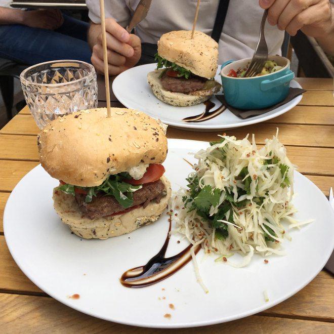 Un bon burger chez Sainbioz, restaurant bio à Nantes