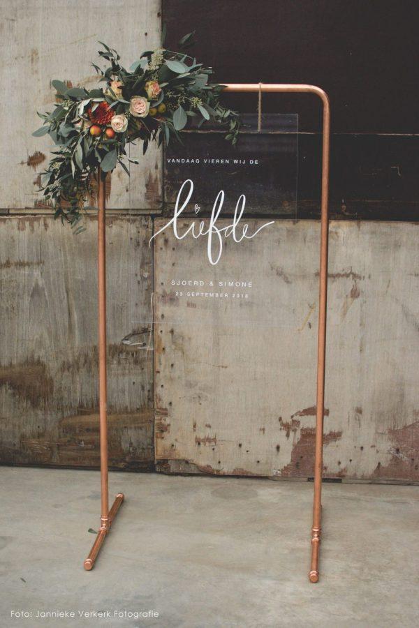 Liefde frame industrieel trouwen bruiloft handlettering welkomst bord plexiglas