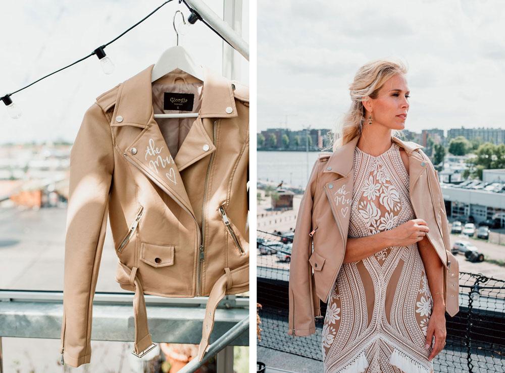 Zomerse bruiloft met gepersonaliseerd nude leren jacket met handlettering door Studio Naokies en bruid met bohemian trouwjurk