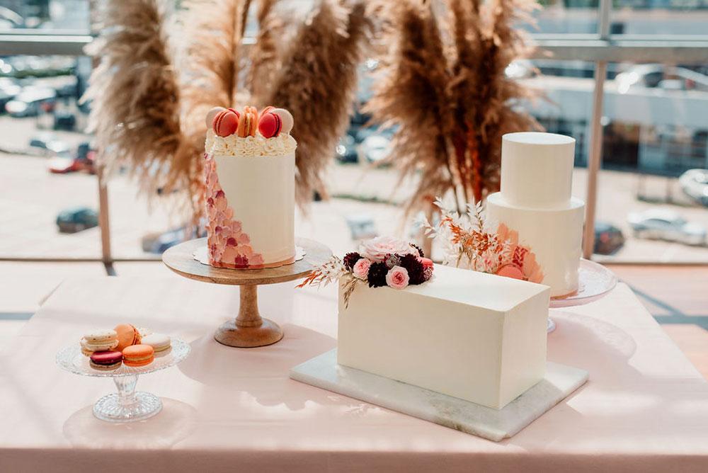 Sweet-table met bruidstaarten van Velvet Cakery in Hoogtij Amsterdam