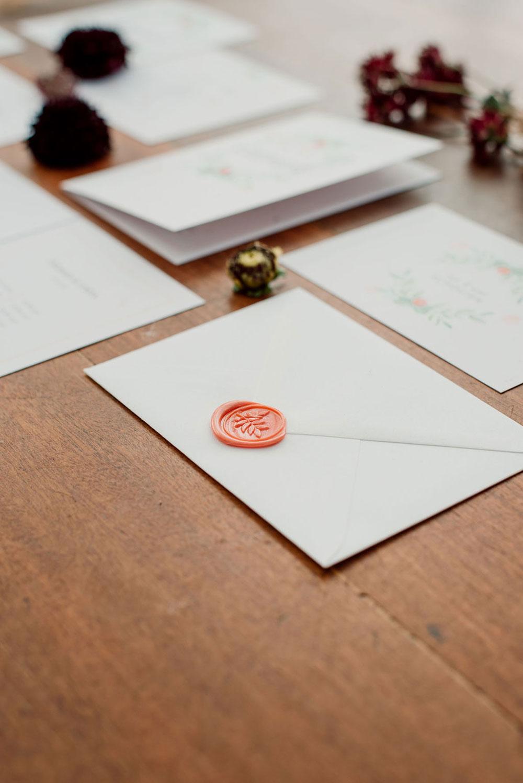 Zomerse bruiloft met bohemian touch trouwhuisstijl met botanische elementen en waxzegel door Studio Naokies