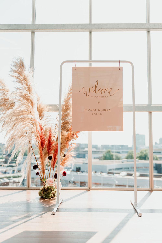 Gepersonaliseerd welkomstbord van gekleurd plexiglas en wit frame by Studio Naokies