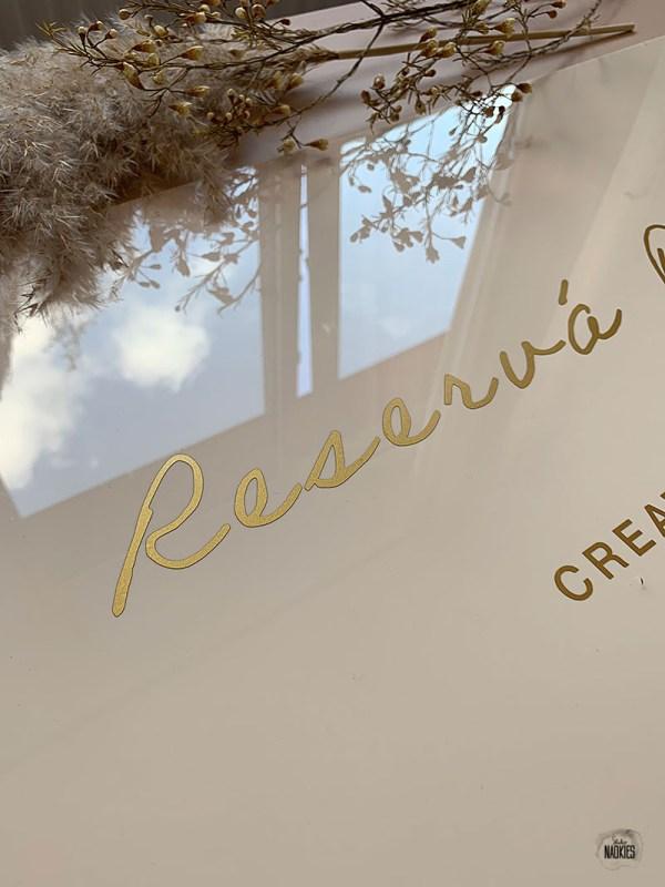 Plexiglas logobord Reservá P'ami webshop goudfolie Studio Naokies
