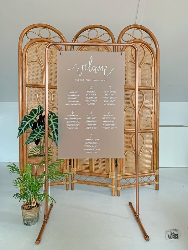 Tafelzittingbord van frosted plexiglas met koper frame