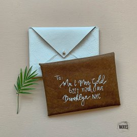 Leren envelop bruin wit handlettering bruiloft geboorte Studio Naokies.jpg