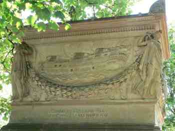 La tombe de Decrès aucimetière parisien du Père Lachaise. On voit ici le côté montrant le comabt du Guillaume-Tell devant Malte.