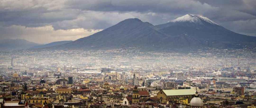 Il Vesuvio sovrasta Napoli