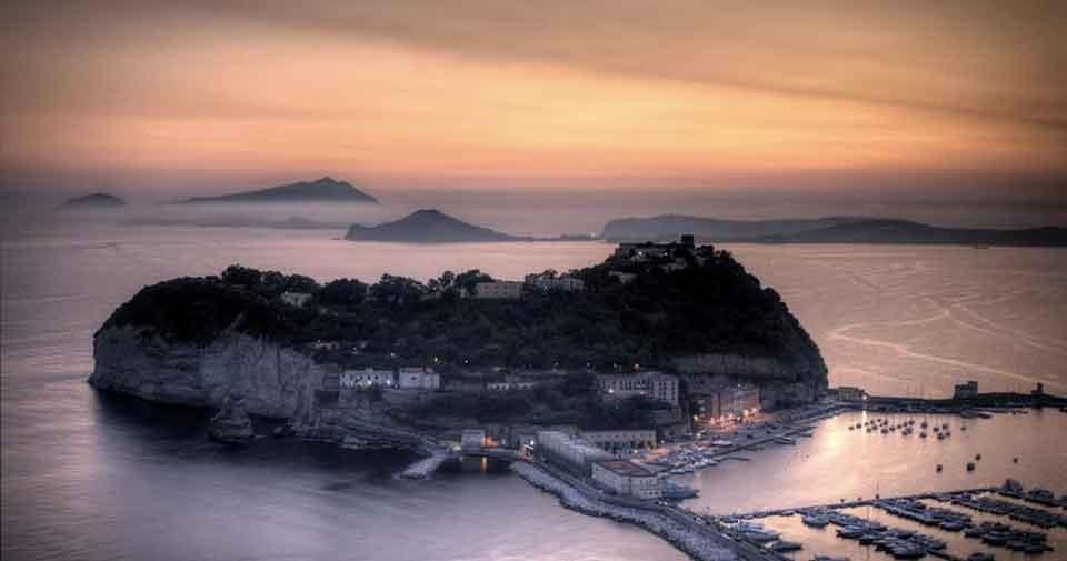 Nisida al tramonto, Napoli