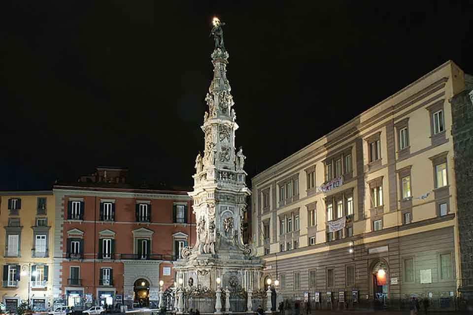 Scoprire Napoli, un obelisco dopo l'altro