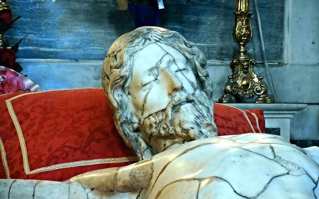 Cristo Crocifisso e Chiesa di San Carlo all'Arena a Napoli