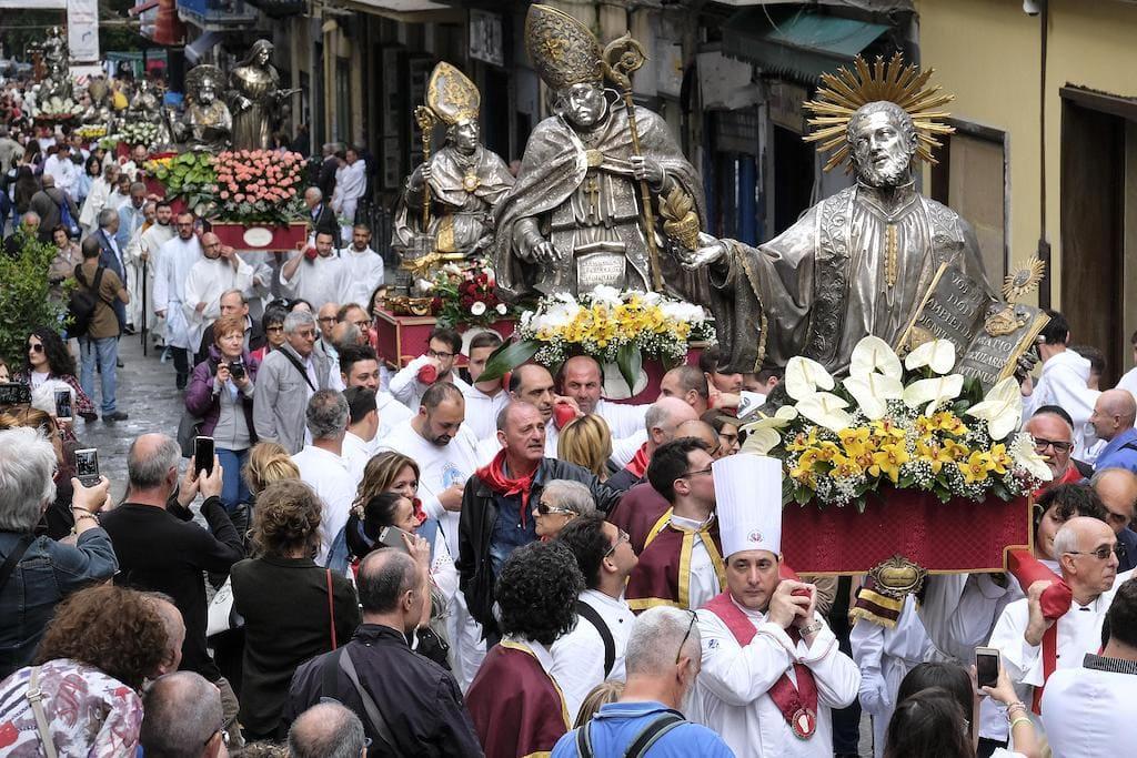 Processione di Maggio, Santi di Napoli