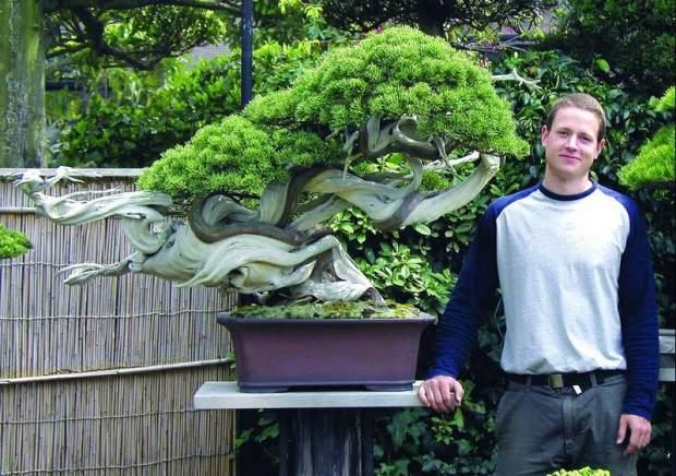 Ryan Neil, allievo di Masahiko Kimura, accanto al Dragone danzante