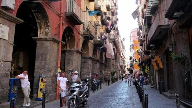 Via Tribunali en Nápoles se convierte en una zona peatonal los ...