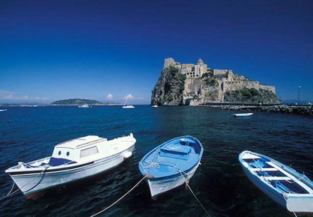 Turisti scordano tesoro nell'albergo di Ischia, l'Aragona Palace