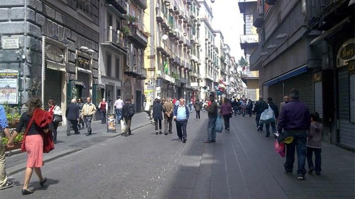 Napoli, turista tedesca sorpresa a rubare in un negozio di Via Toledo