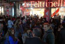 Napoli, Feltrinelli: file lunghissime per un autografo di Alberto Angela
