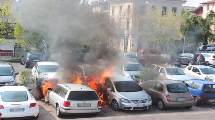 Portici, un boato e poi le fiamme: coinvolte due auto