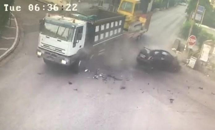 Incidente a Palma Campania: scontro violentissimo tra auto e tir