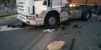 Incidente a Ponticelli: autocarro sbanda, traffico in tilt