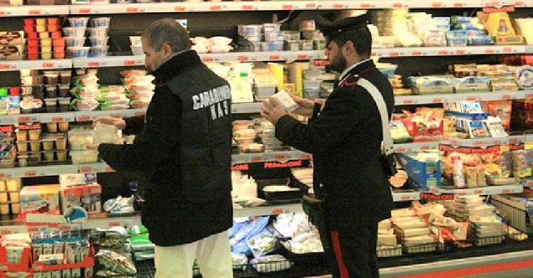 Giugliano, blitz in un supermercato: sequestrati 50 chili di alimenti