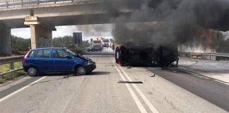 Napoli, incidente: l'auto si ribalta per evitare un sacchetto dei rifiuti