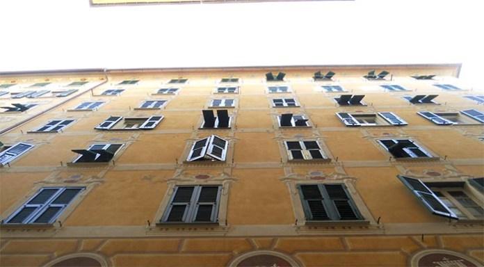 Salerno, tragica fatalità: precipita dalla finestra e muore