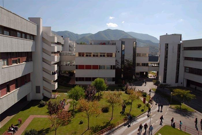 Suicidio all'Università litiga con la fidanzata e si lancia nel vuoto