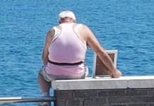 Gaeta, lo scatto che commuove: porta la moglie in foto a vedere il mare
