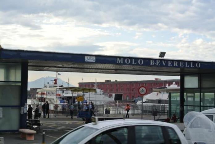 Molo Beverello, turista ubriaca aggredisce sanitari del 118