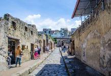 Scavi di Ercolano: gira armato di coltello tra i turisti