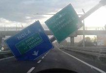 Napoli, Asse Mediano: raffiche di vento, crolla cartello autostradale