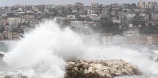 Maltempo a Napoli: il vento forte crea disagi ai pendolari del mare