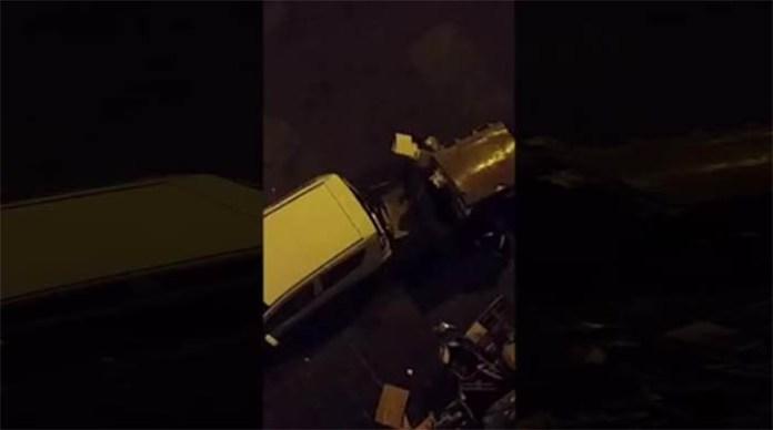 Napoli, quartiere Vasto: donna gira coperta solo di un perizoma