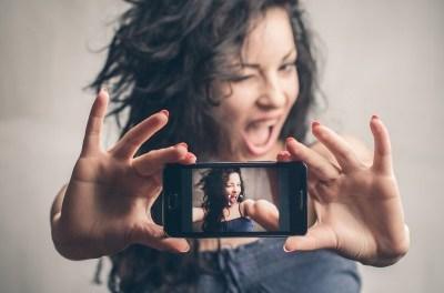 Arriva la mania per i selfie: ecco Fonhandle. Che cos'è?