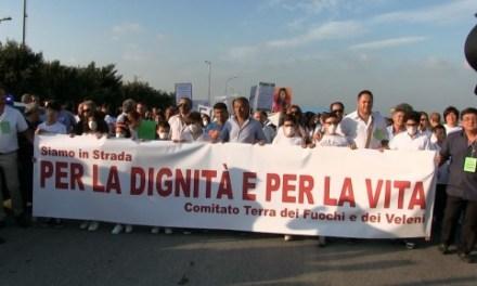 Manifestanti in corteo a Casal di Principe contro i rifiuti