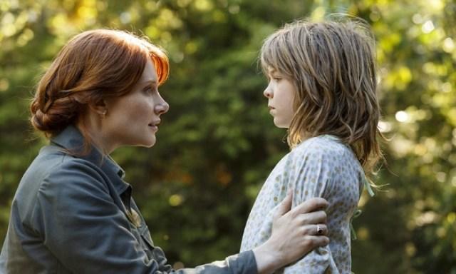 A sinistra Grace (Bryce Dallas Howard) e a destra Pete (Oakes Flegrey) nel remake del 2016.