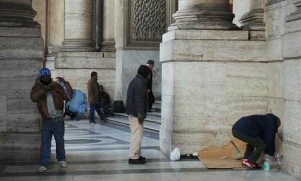 Clochard lasciati al freddo a Napoli