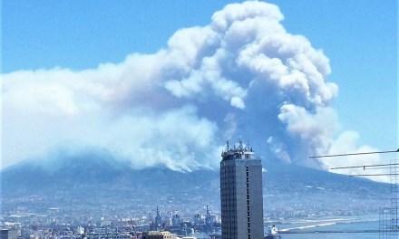 Fiamme sul Vesuvio: l'incendio molto probabilmente è doloso, sembra l'eruzione del vulcano