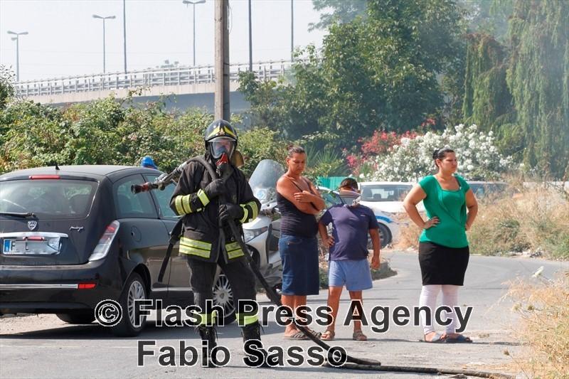 Incendio a Giugliano, in fiamme due campi rom