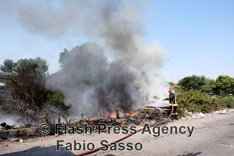 Incendio vicino campo rom nel Napoletano: evacuati occupanti
