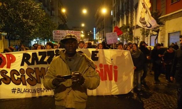 C'è un comizio di Casapound: i centri sociali sfilano per il centro e poi fanno guerriglia con la polizia