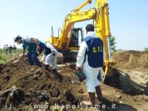 GNA 10/07/2013 CAIVANO Il Corpo Forestale dello Stato scavando in un terreno coltivato a cavoli ha rinvenuto alcuni fusti tossici (NEWFOTOSUD RENATO ESPOSITO)