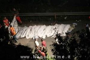 Lenzuola bianche ricoprono alcuni corpi dopo l'incidente che ha visto coinvolto un autobus finito in una scarpata sull'autostrada Napoli-Bari, dopo aver tamponato alcune auto. Una trentina i morti. 28 luglio 2013. ANSA/CESARE ABBATE