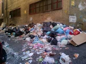 Rifiuti: decine sacchetti ai Quartieri spagnoli