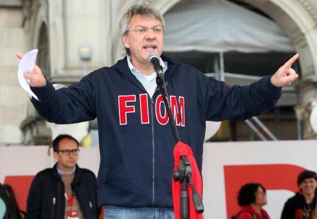 Il segretario della Fiom Maurizio Landini sul palco in piazza Duomo oggi, 14 novembre 2014, durante il comizio che ha tenuto al termine della manifestazione che ha attraversato il centro di Milano. MATTEO BAZZI / ANSA