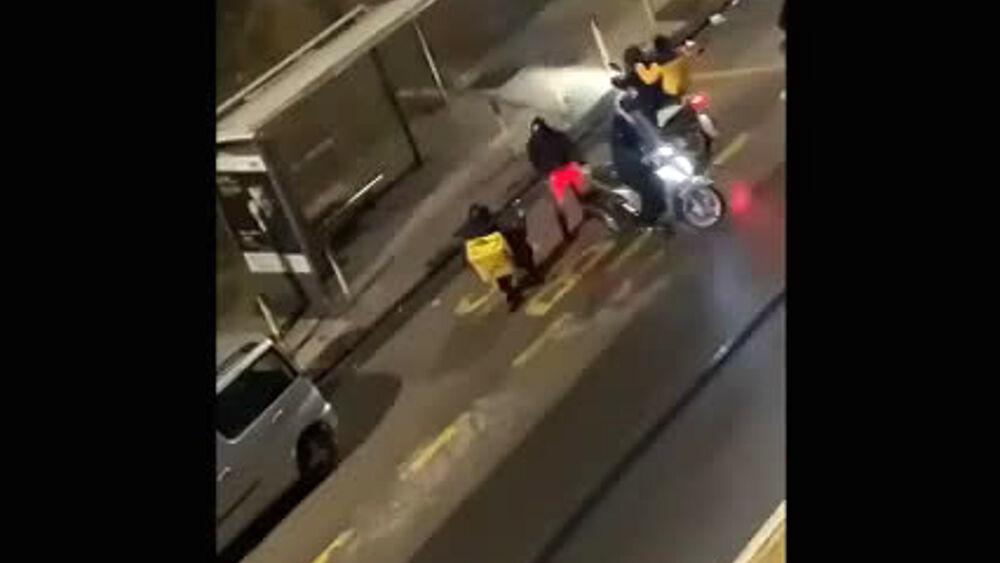 Violenta rapina a Napoli, rider circondato e picchiato per portargli via lo scooter VIDEO